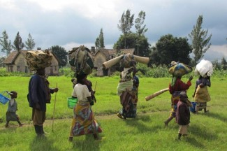Families flee fighting territory Congo - source HRW