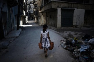 Syria - Girl carrying eater in Aleppo - UNICEF