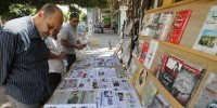 171352_A_Libyan_man_looks_at_the_headlines_at_a(2)