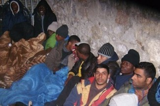 Greece Asylum-seekers_queuing_outside_Athens_Aliens_Police_Directorate - Amnesty Int