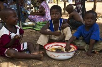 Mali children eating - UNHCR
