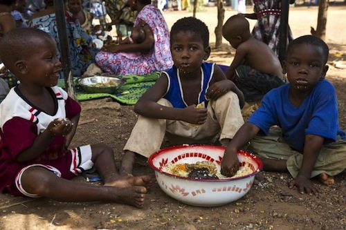 Mali children eating - UNHCR